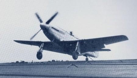 Le prototype ETF-51D accroche un câble d'arrêt lors d'un appontage. Elder nota que l'attitude de l'appareil lors des appontages devait être précisément contrôlée afin d'éviter tout risque d'endommager la structure. (Photo US Navy)