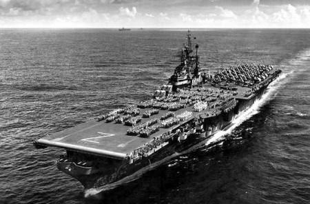 L'USS Shangri-La (CV-38) photographié en 1945 avec tout l'équipage sur le pont. (Photo US Navy)