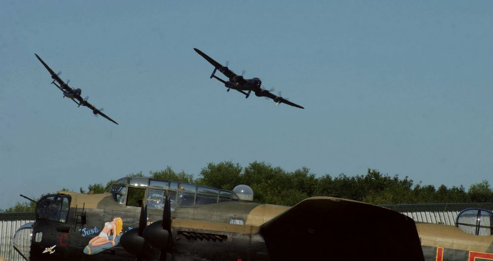 "Le Lancaster KB726 du CWHM et le Lancaster PA474 du BBMF survolent NX611 ""Just Jane"", dont on espère qu'elle revolera un jour. (Photo P. A. King (CC BY-NC-ND 2.0))"