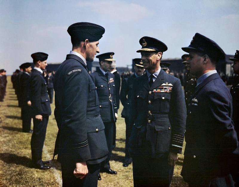 De g. à d.: Les Munro avec le roi George VI et Guy Gibson le 27 mai 1943. (Crown Copyright)