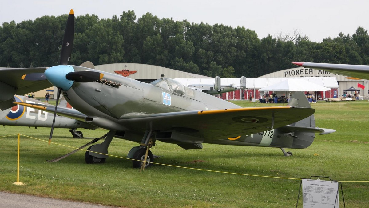 Le Spitfire Mk IX MJ772 à Oshkosh en 2010, en version monoplace. (Photo Dave Miller (CC BY 2.0))