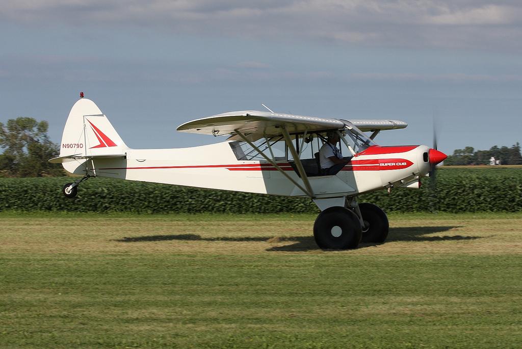 Allégorie de l'aviation de brousse: Piper Super Cub et pneus ballon. (Photo D. Miller (CC BY 2.0))