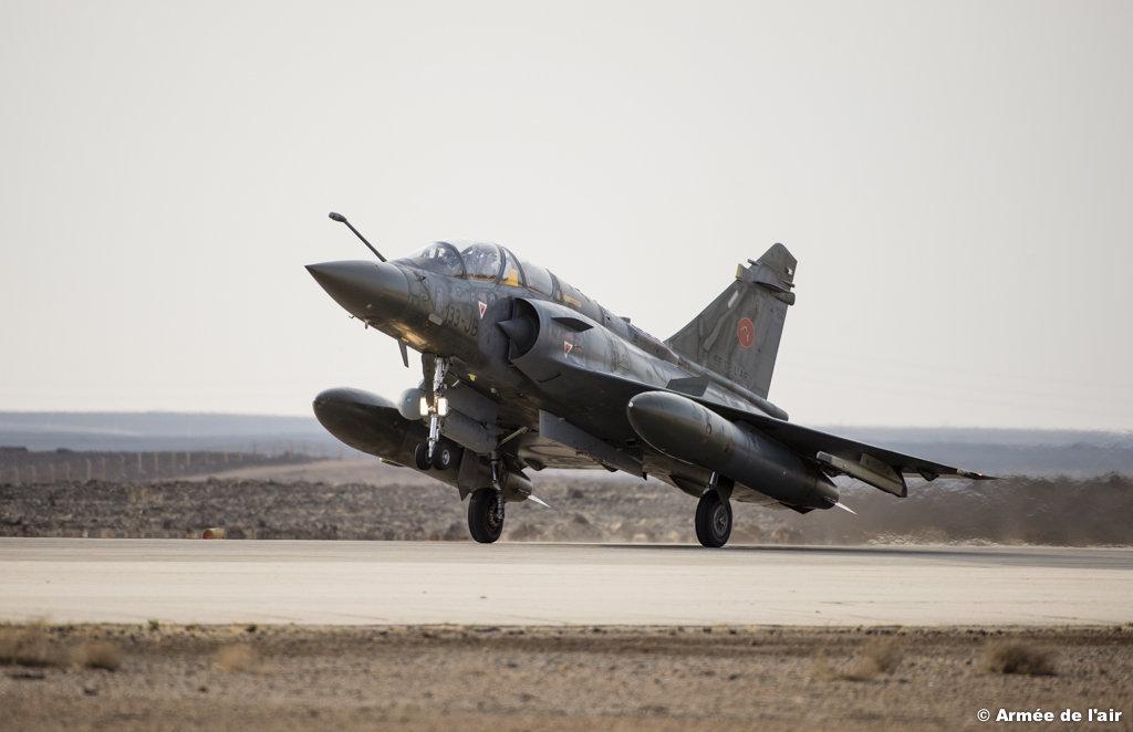 Lancee le 19 septembre 2014, l'operation Chammal, vise, a la demande du gouvernement irakien et en coordination avec les allies de la France presents dans la region, a assurer un soutien aerien aux forces armees irakiennes dans leur lutte contre le groupe terroriste autoproclame Daech. Depuis debut novembre en accord avec les autorites jordaniennes, un plot chasse accueillera en Jordanie six Mirage 2000D ainsi que les structures necessaires a l'entretien et a la preparation de ces avions.En coordination avec les allies de la France presents dans la region, les Mirage 2000D effectueront des missions d'appui aerien au profit des troupes irakiennes engagees au sol.Arrivee des 3 Mirage 2000D.Accueil par le representant du commander de la base Prince HASSAN. 2000D.Accueil par le representant du commander de la base Prince HASSAN.