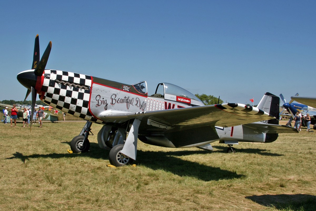 Le P-51D Big Beautiful Doll N351BD à AirVenture en 2008 (Photo D. Miller (CC BY 2.0))