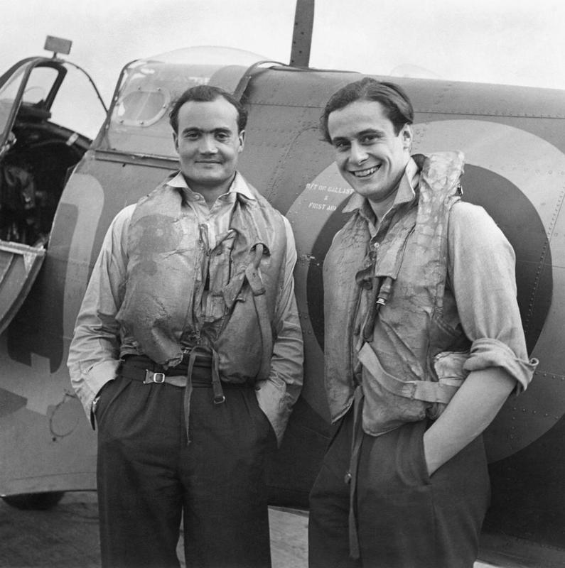 Le F/L Brian Kingcome (gauche), commandant du No 92 Squadron RAF et son ailier le F/O Geoffrey Wellum, devant un Supermarine Spitfire à Biggin Hill, dans le Kent, en 1941. (Photo IWM Crown Copyright)