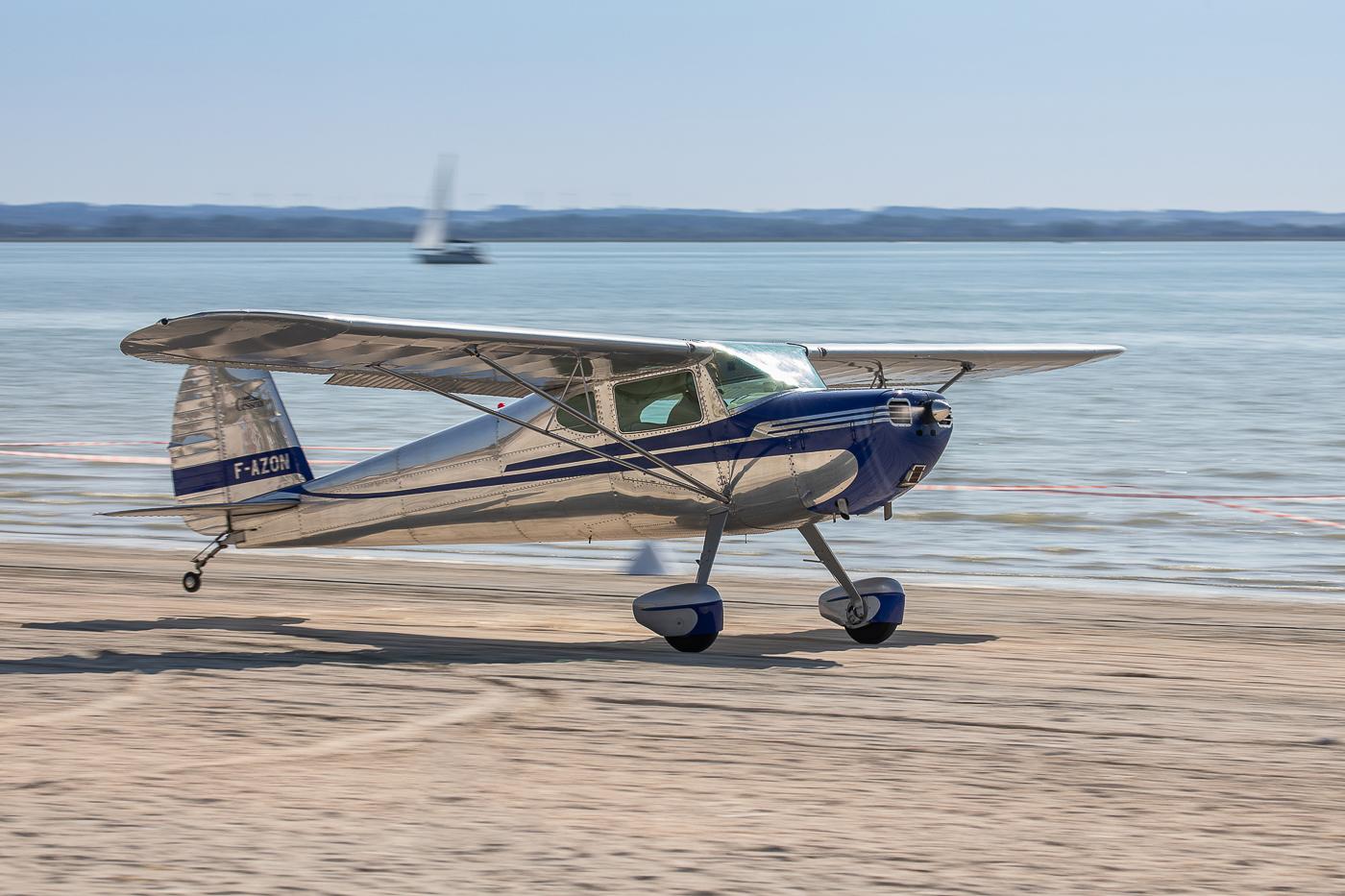 Le tout rutilant Cessna 140 F-AZON de 1940, qui contrairement au J-3 est de construction toute métallique © Damien Defever