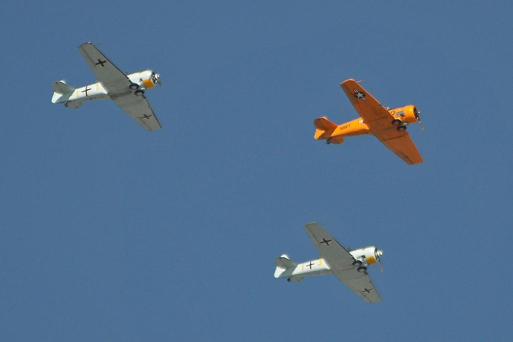Une formation de T-6 du Condor Squadron. L'appareil accidenté est l'ailier droit sur cette photo. (Photo Alan Wilson (CC BY-SA 2.0))