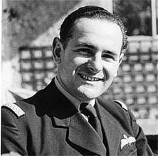 Maurice en Grande-Bretagne, en uniforme d'officier des FAFL, avec aile de poitrine de la Royal Air Force Source: Jean-Pierre Duriez via Pascal Descorsiers