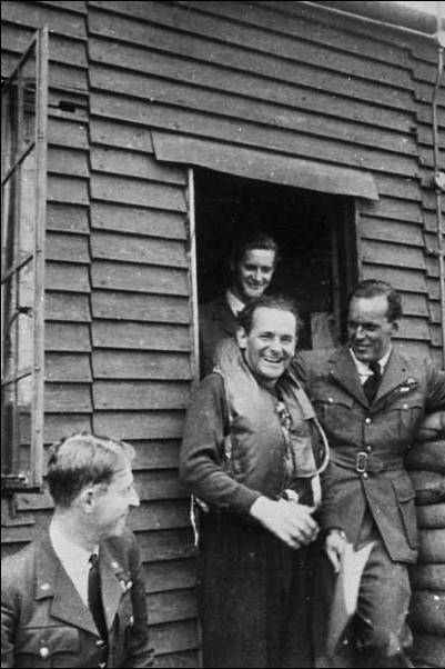 Maurice Choron au squadron 609 en 1941. À sa gauche le wing commander Michaël Robinson. ( Source: album photos du squadron 609. via P. Descorsiers)