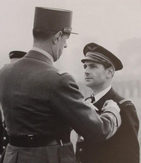 Maurice Choron recevant la Croix de la Libération du Général de Gaulle, le 14 novembre 1941 à Londres. (Source: famille Choron. via P. Descorsiers)