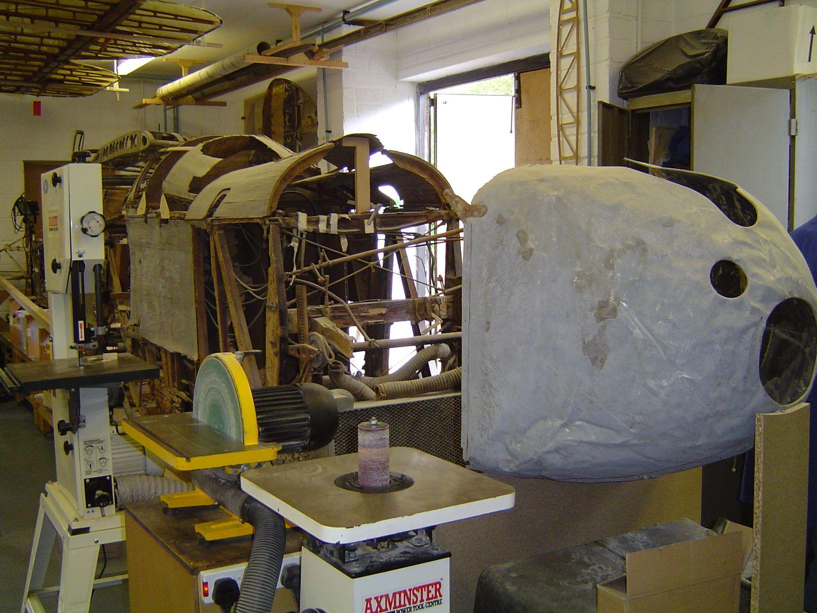 Une des épaves de DH.9 vu chez Aero Vintage en juillet 2014 avant le début de la restauration ( Photo © Benjamin Gilbert [ LEB ] )
