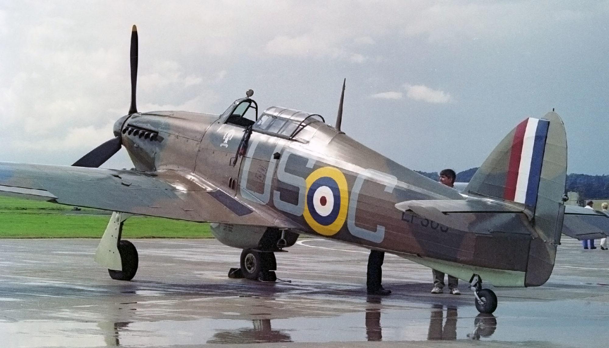 Le Hawker Hurricane Mk IIc LF363 du BBMF en juillet 2000, portant les couleurs de l'appareil de Mounsdon durant la Bataille d'Angleterre. (Photo Andrew Thomas (CC BY-SA 2.0))